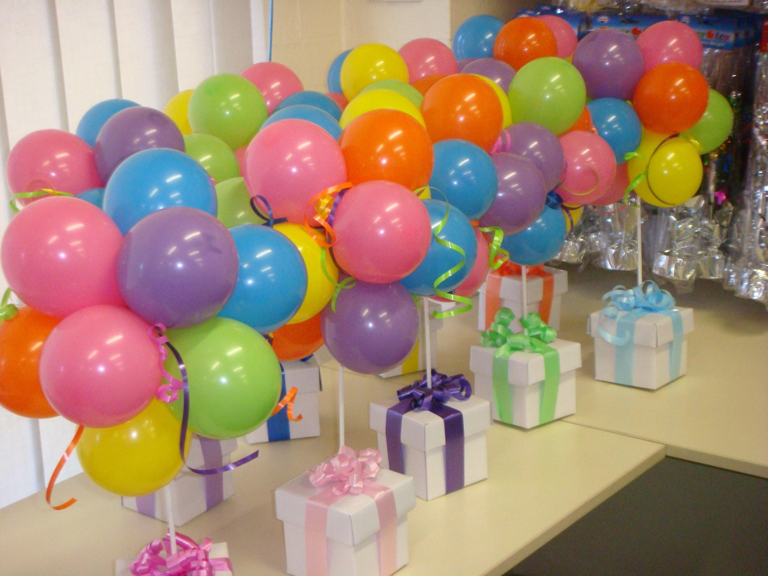 centros de mesa con golosinas y globos para fiestas