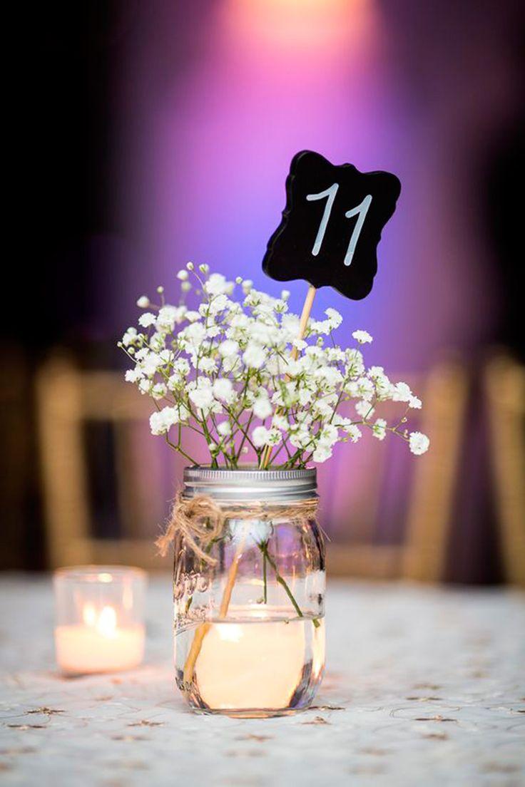 un sencillo centro de mesa con flores pequeas y delicadas