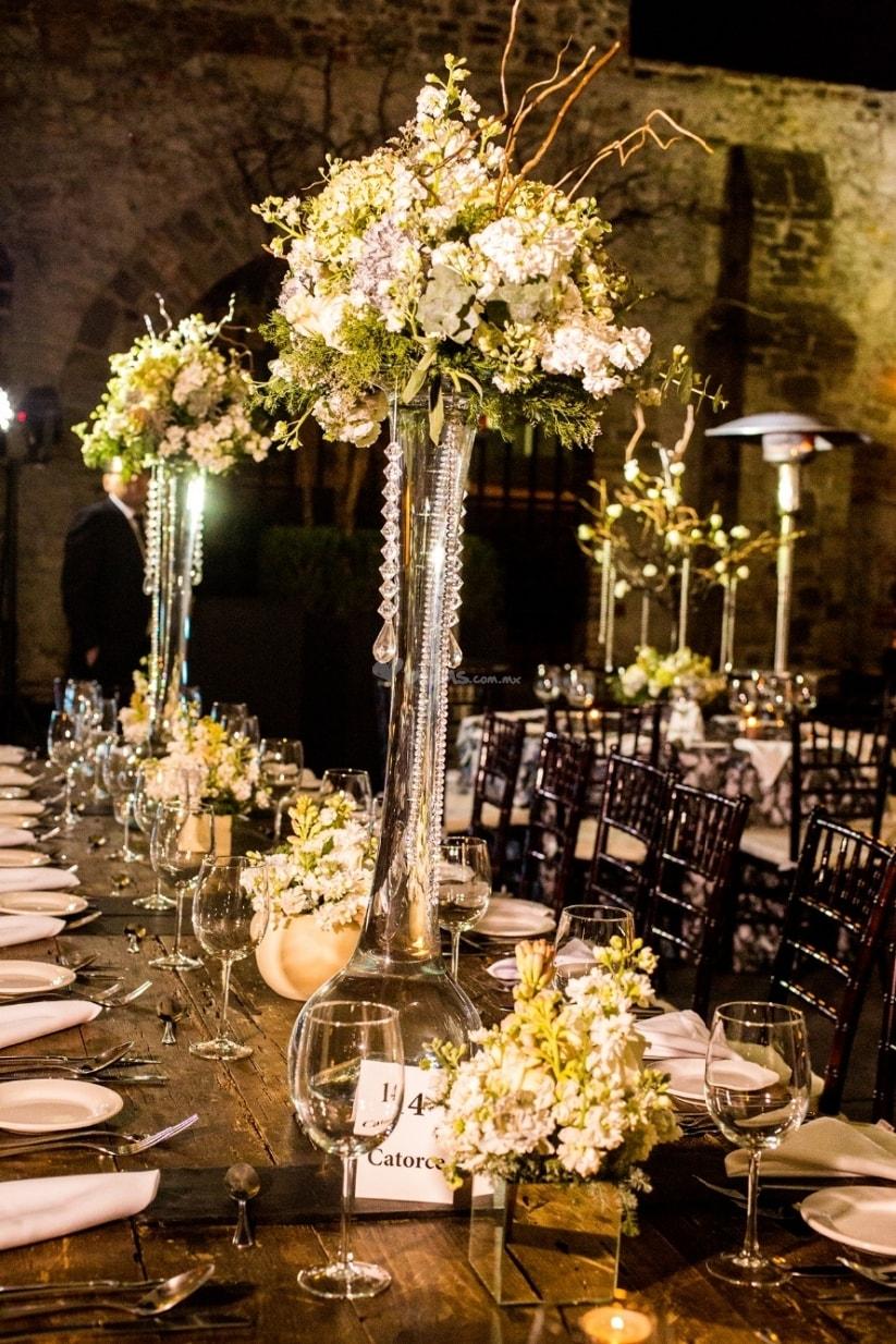 Centros de mesa para boda 2017 sencillos y elegantes for Mesa cristal y dorado