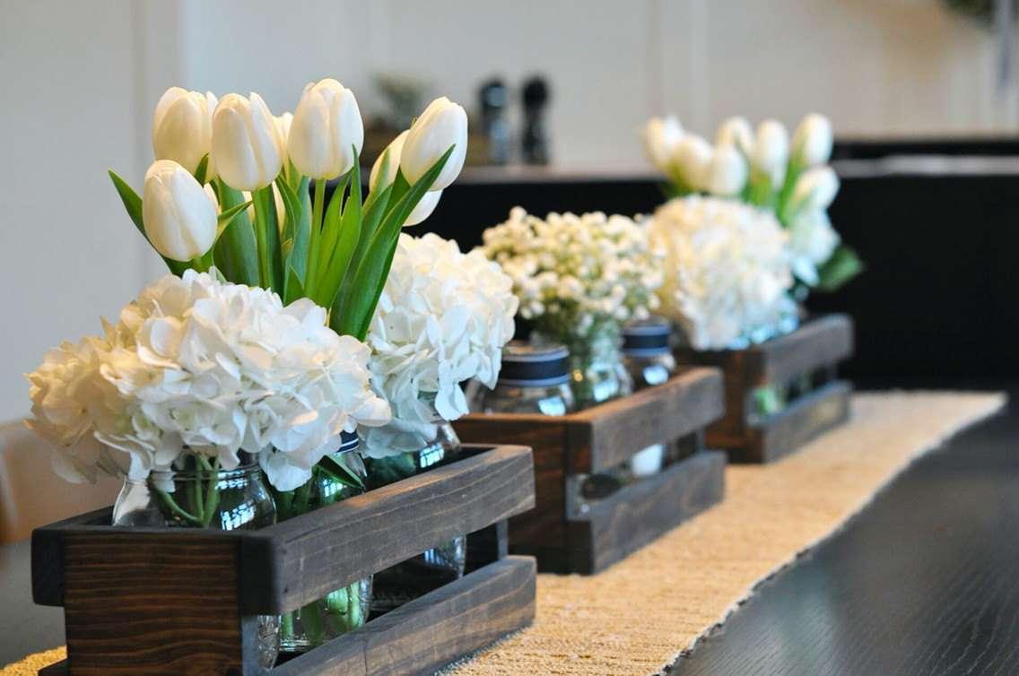 Centros de mesa con materiales reciclados botellas for Ideas con cajas de madera