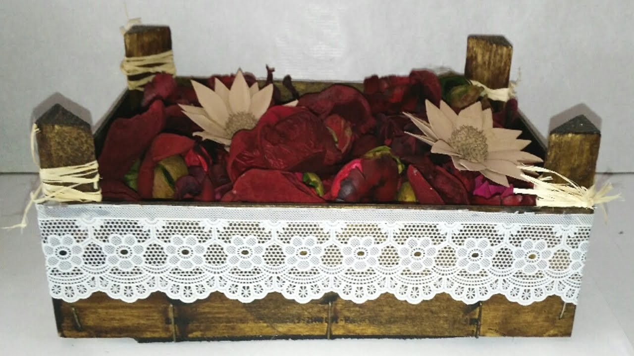 Centros de mesa con materiales reciclados botellas - Cajas de madera para chuches ...