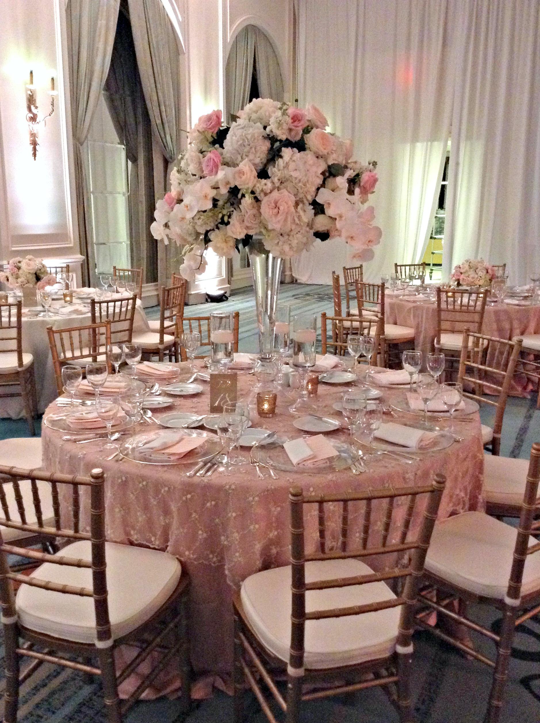 Centros de mesa para boda 2018 sencillos elegantes y for Mesa cristal y dorado