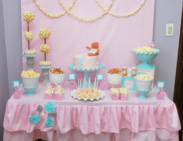9309a36ac Vemos varios diseños de mesas dulces para Baby Shower donde no faltan las  mamaderas, los chupetes, los cochecitos, los pañales y todo lo relacionado  a un ...