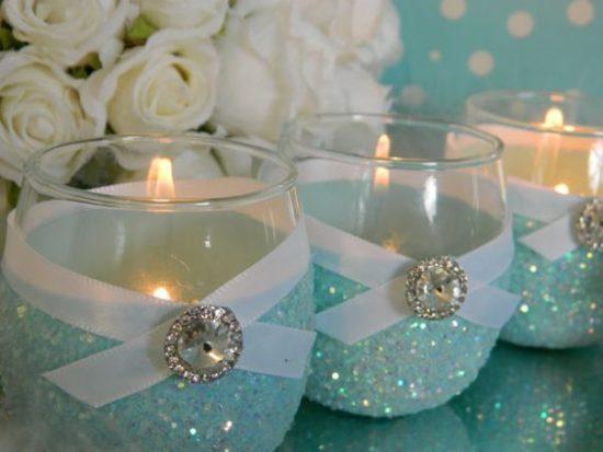 d7c540782 En los cumpleaños de quince también se usa el colorido, en este caso vemos  detalles en perlas de gel rosa que aporta su color al centro de mesa con  velas.